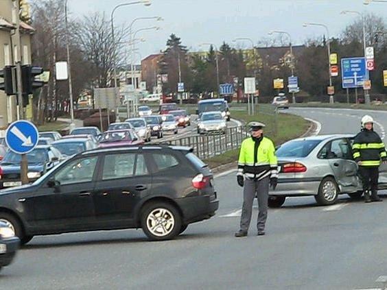 Nehoda ve Velkomoravské ulici, příjezd vozem hasičů