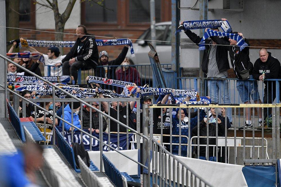 Příznivci Baníku fandí u Androva stadionu v Olomouci v derby se Sigmou, 24. dubna 2021