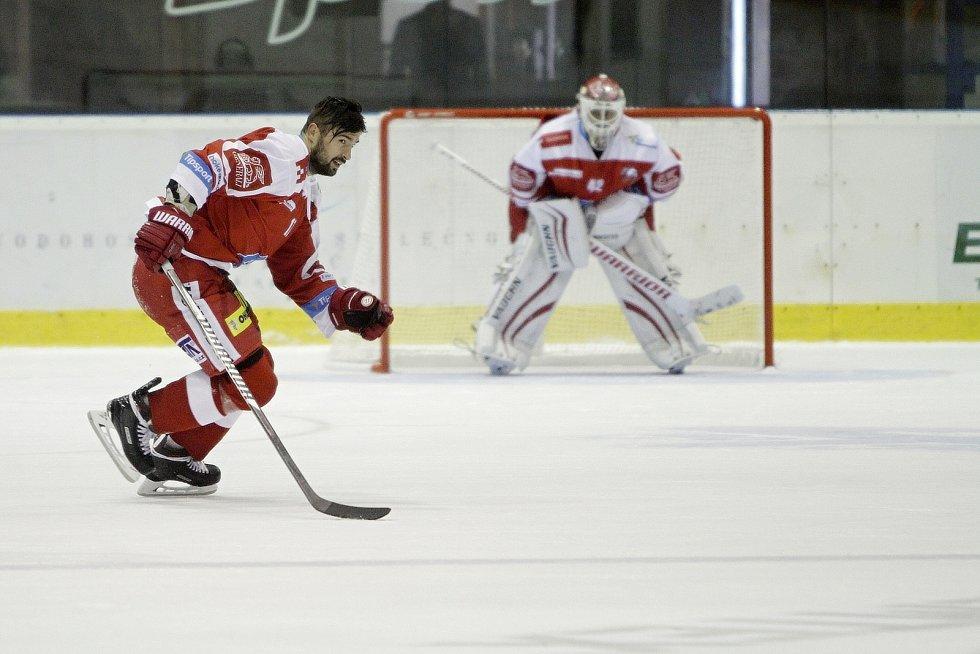 Olomoučtí hokejisté (v červeném) porazili Liberec 3:0