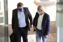 Petr Konečný a Jiří Rozbořil - Obžalovaný bývalý hejtman Olomouckého kraje Jiří Rozbořil (vpravo) a jeho obhájce Petr Konečný přicházejí 5. května 2020 k jednání olomouckého krajského soudu, který znovu otevřel korupční kauzu Vidkun.