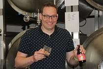 Ředitel pivovaru Tvarg David Kapsia ukazuje zdejší produkty - tvargle a pivo.