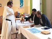 Svůj hlas odpoledne vhodil do urny na ZŠ sv. Voršily v Olomouci i Petr Koukal z Českých Budějovic. Ten zde již šestým rokem žije v klášteře dominikánů