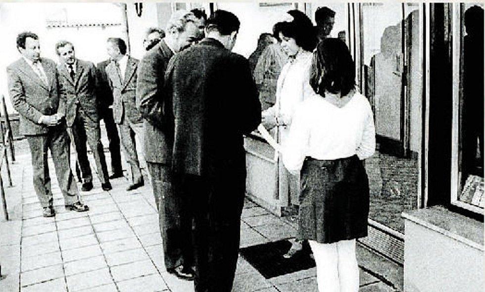 Slavnostní otevření jednoty. Událost se uskutečnila 11. března 1977, pásku přestřihával předseda E. Fuhrman.