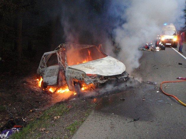 Muže v bezvědomí dostala z auta jiná řidička. Auto začalo vzápětí hořet.