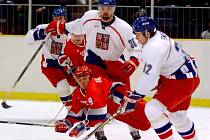 Jiří Dopita (uprostřed) ve finálovém utkání hokejového turnaje na olympiádě v Naganu proti Rusku