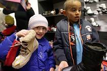 Nákup zimních bot pro děti z dětského domova v Olomouci z výtěžku Kabelkového veletrhu