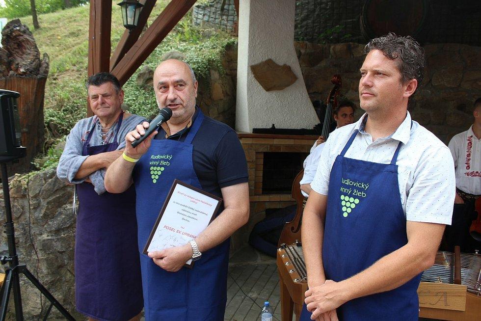 Kudlovický vinný žleb 2021.  Zlechovský vinař Břetislav Jakubík byl poctěn titulem Posel sv. Urbana.