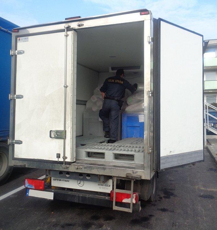 26.2. 2019. Celníci v dodávce spolskou SPZ zastavené u Olomouce našli dva velké umělohmotné boxy se 1600 kg hovězího masa, které nebylo nahlášeno
