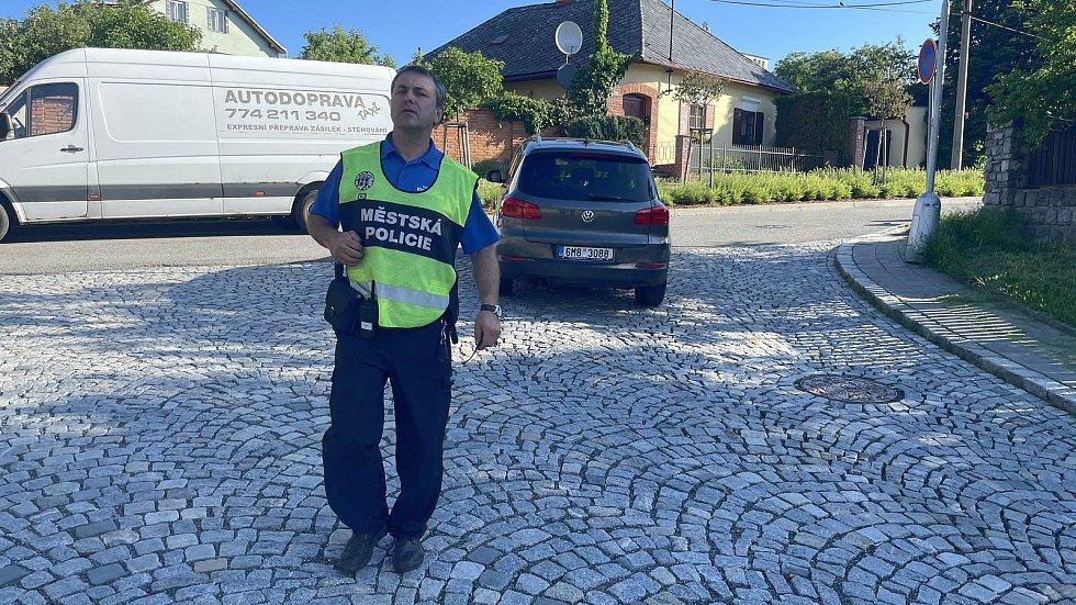 Dopravní situace u základní školy na Svatém Kopečku, ráno před začátkem výuky, strážníci kontrolují dodržování zákazu vjezdu ke škole, 10. června 2021