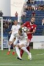 Olomoučtí fotbalisté (v červeném) remizovali se Slováckem 0:0Stanislav Hofmann (v bílém) a Tomáš Zahradníček