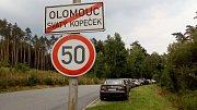 Pátek 6.července, státní svátek - Den upálení mistra Jana Husa, 14.00. Podél cesty do Radíkova bylo jen pár volných míst k zaparkování.