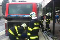 Hasiči zasahují u požáru autobusu na zastávce ve Foerstrově ulici v Olomouci