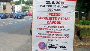 Na omezení po trase půlmaratonu upozorňují motoristy cedule už celý týden