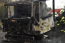 Hasiči zasahují u požáru nákladního auta v Samotiškách