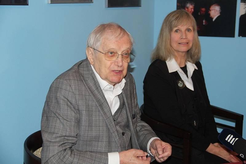 Jiří Suchý zahájil ve Vlastivědném muzeu výstavu ke svým devadesátinám. Na snímku s Jitkou Molavcovou