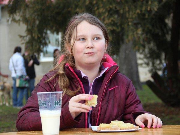 Soutěž vpojídání tvarůžků vHněvotíně - Vítězka dětské kategorie desetiletá Vanesska Hanáková.