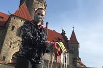 Na Bouzově rozhodně nezahálí, ale začali šít roušky. Zásobují jimi hasiče, prodavačky či seniory. Na snímku Sylva Marková ze správy státního hradu, která s nápadem přišla.(27.3.2020)