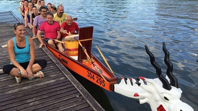 Olomoucké a šternberské volejbalistky i s trenéry zkouší dračí lodě