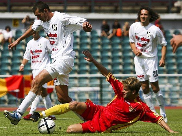 Holičtí fotbalisté v bílém bojují o míč.