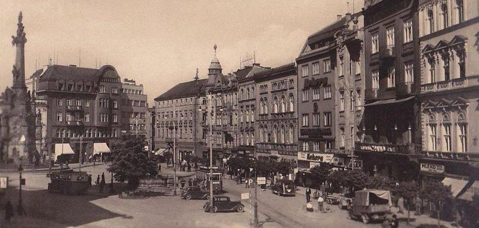Olomoucké náměstí Adolfa Hitlera na protektorátní pohlednici z roku 1944