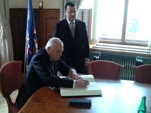Exprezident Václav Klause se ve čtvrtek na olomoucké radnici podepsal do pamětní knihy.