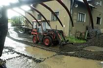 Následky bouřky 1.7.2019. Odstraňování naplavenin ve Vilémově