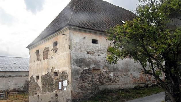 Barokní stavba chátrá.