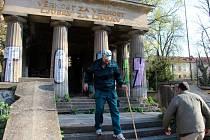 Úklid Jihoslovanské mauzolea před návštěvou chorvatské velvyslankyně