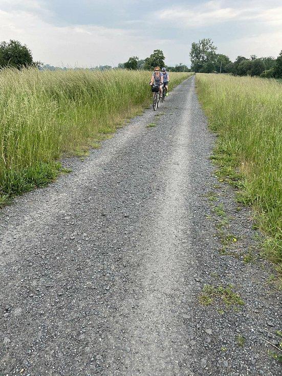 Cyklisté u Olomouce přecházejí hlavní železniční koridor, červen 2021