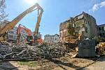 Z areálu Fakultní nemocnice Olomouc po 100 letech mizí původní budova II. interní kliniky - konec dubna 2019