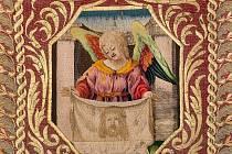 Kasule s výšivkou Arma Christi  - detail anděla s Veroničinou rouškou