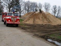 Hasiči zasahují u požáru štěpky v Soběchlebech
