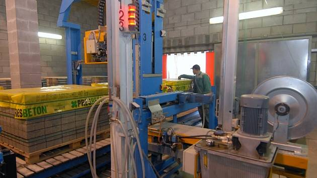 Továrna obnoví stroje.