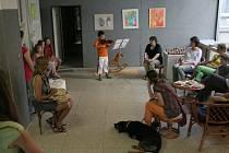 Děti představují své práce z výtvarných kroužků