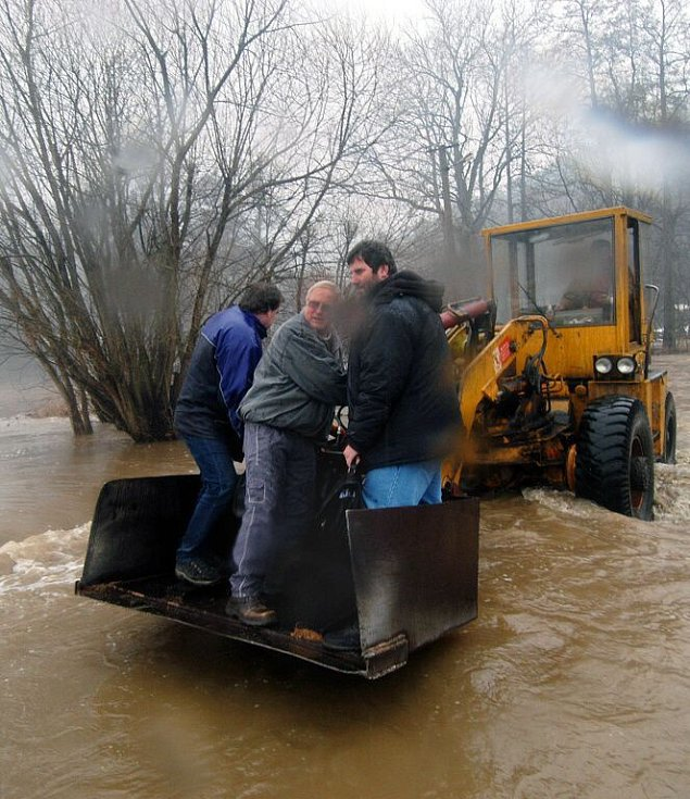 V úterý 28. března rozvodněná Třebůvka odřízla od civilizace zaměstnance bouzovské pily