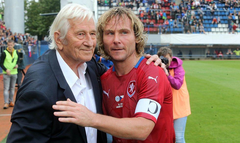 Karel Brückner a Pavel Nedvěd na Zápase století v září 2019 na Andrově stadionu v Olomouci