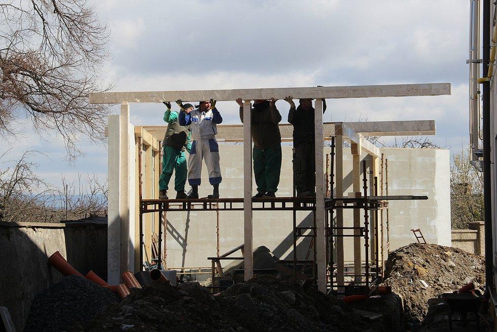 Ve dvoře základní školy v Drahanovicích vzniká nová venkovní učebna