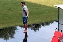 Litovelský trenér Jiří Kohout ve druhém poločase po přerušení průtrží mračen s krupobitím koučoval svůj tým tak vehementně, že chodil po vodě jako biblický Ježíš.