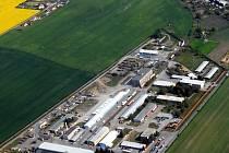 Logistická centra vyrůstají okolo obcí na úrodné zemědělské půdě.