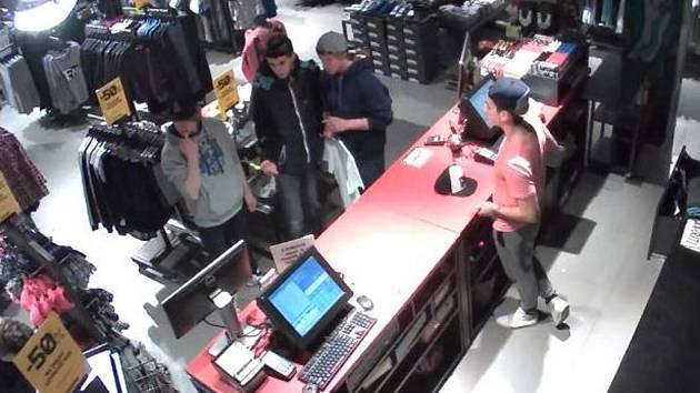 Policie hledá tyto tři svědky a dále také občany, kteří by pomocí získaných fotografií pomohli zjistit jejich totožnost.