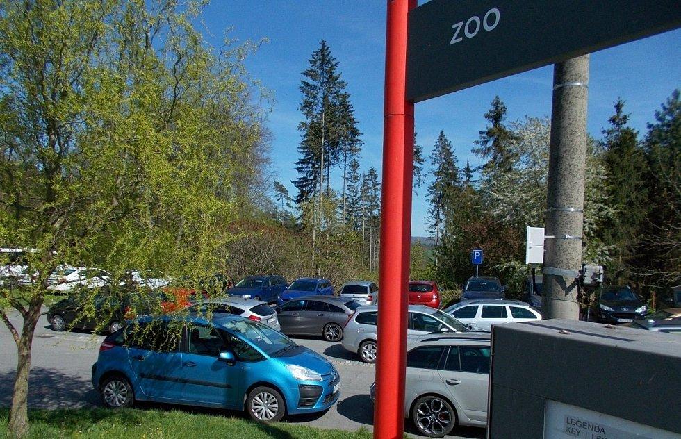 Parkoviště u autobusové zastávky pod zoo na Sv. Kopečku, 9. května 2021