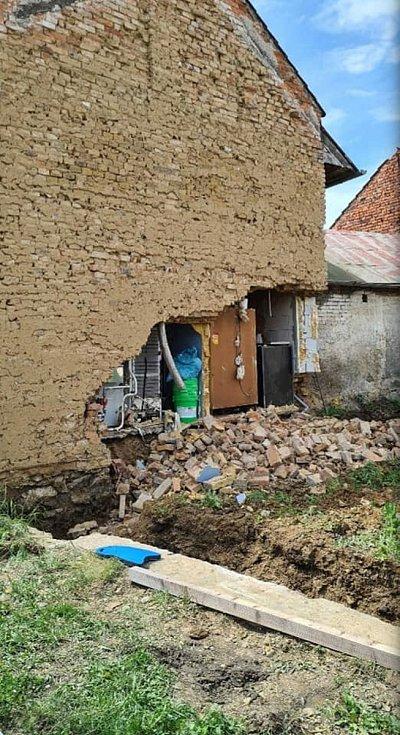 Hasiči v Křelově zabezpečovali zeď domu, jejíž část se sesula do výkopu.