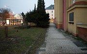 Tzv. pražská mozaika před historickou budovou oblastního ředitelství Správy železniční dopravní cesty v Nerudově ulici v Olomouci