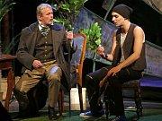 Přátelství, lásku i nenávist mezi prokletými básníky Paulem Verlainem a Arthurem Rimbaudem zachycuje hra uznávaného britského dramatika a filmového scenáristy Christophera Hamptona Úplné zatmění.  Premiéra činoherní inscenace Úplné zatmění se v Moravském