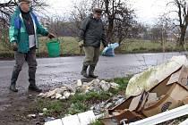 Dobrovolníci uklízejí černou skládku ve Slavoníně.