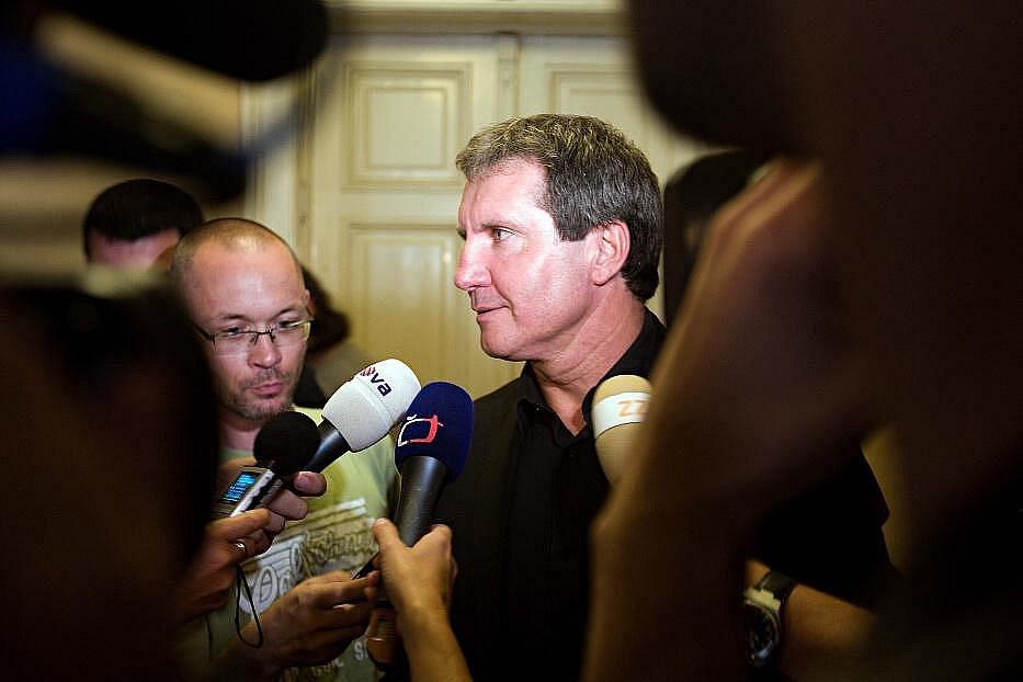Jiří Kubíček v obležení novinářů