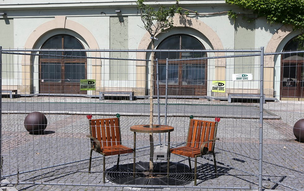 """Lavička Václava Havla na nádvoří univerzitní """"Zbrojnice"""" v Olomouci"""