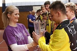 Lucie Fabíková předává trofej vítěznému týmu ZŠ Zubří.