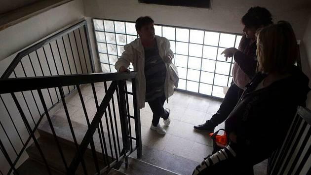 Vytopené byty, vypnutá elektřina, nefunkční výtahy – následky havárie ve dvanáctipatrovém domě s vodojemem v ulici I.P. Pavlova v Olomouci