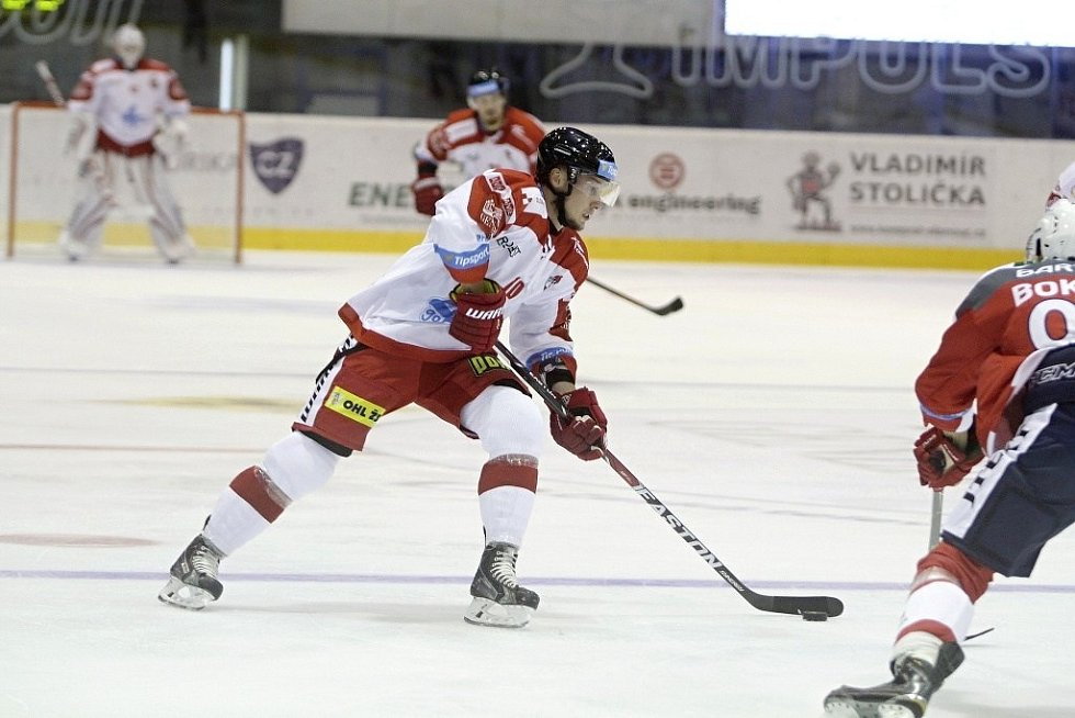 Olomoučtí hokejisté (v bílém) porazili na svém ledě Pardubice 2:1. U puku Miroslav Holec.